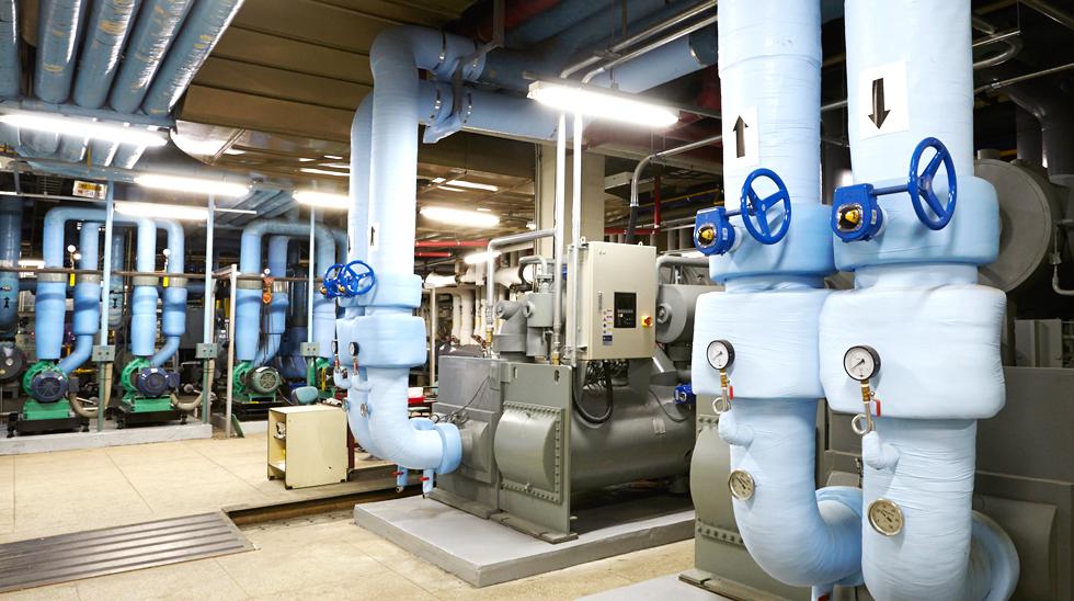 경희의료원 지하 기계실에 설치된 2단 터보 냉동기. 부피가 적어 작업 공간이 훨씬 넓어졌다.