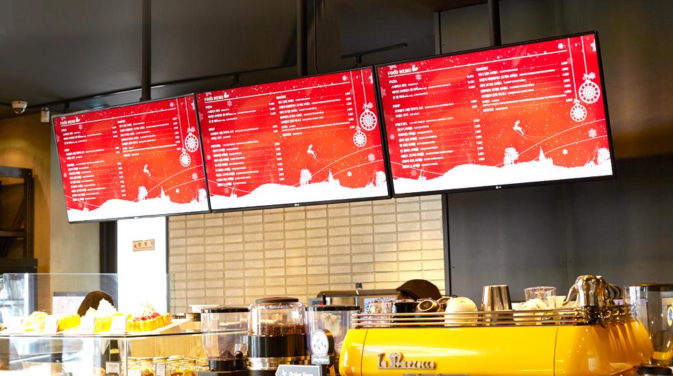 메뉴보드로 활용되고 있는 LG 디지털 사이니지의 모습
