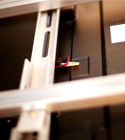 별도의 셋톱박스 없이 USB 메모리 하나면 손쉽게 이미지 송출이 가능하다.