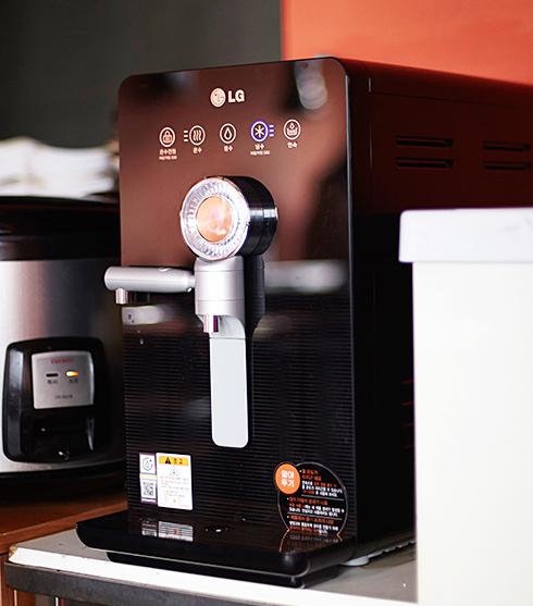 LG 직수형 냉온정수기는 콤팩트한 사이즈라 어느 곳에나 두고 사용하기 좋다
