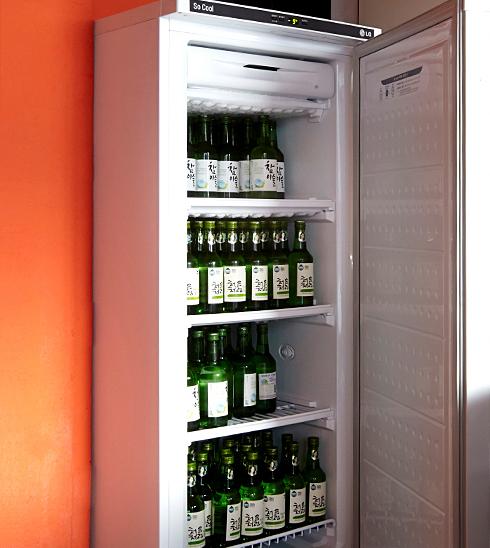 소주 보관에 최적화된 23.8cm의 선반 높이로 일반 냉장고보다 더 많은 소주 보관 가능.
