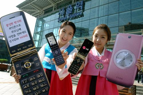 dos mujeres muestran el nuevo teléfono a la cámara