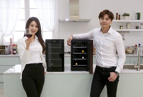 최대 8병 보관 'LG 와인셀러 미니' 첫 선 LG전자, 와인셀러 대중화 이끈다
